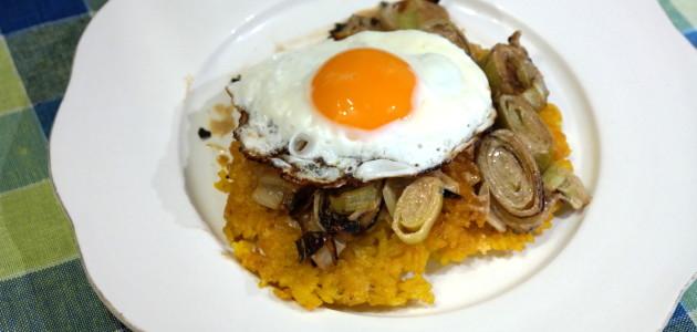 Рисовые блинчики со сливочным луком пореем и яйцом